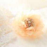 結婚式お呼ばれは【コサージュ】で品よく♪選び方マナー&コーデ例も