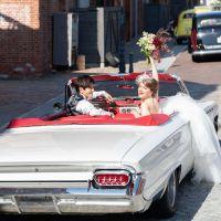 【アカレンガウエディング結婚式のお呼ばれ】歴史ある赤レンガ倉庫とクラシックカーに囲まれたウエディング