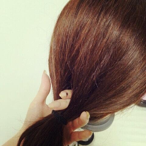 まとめた髪の真ん中(2等分した所)に指を入れる
