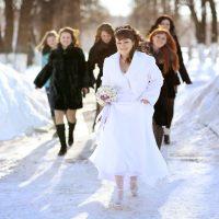 寒い冬の結婚式服装:カラー・素材・マナー・コーデまで!ドレス選びサポート