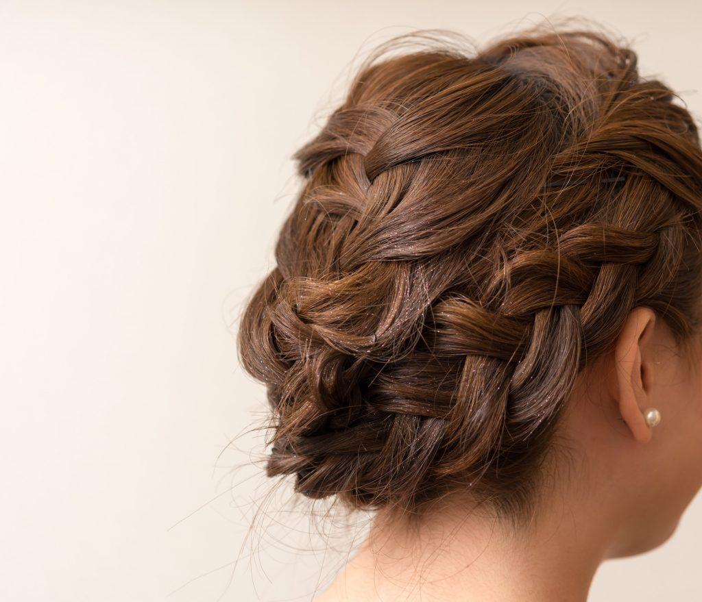 結婚式参列のヘアセットはどうする?