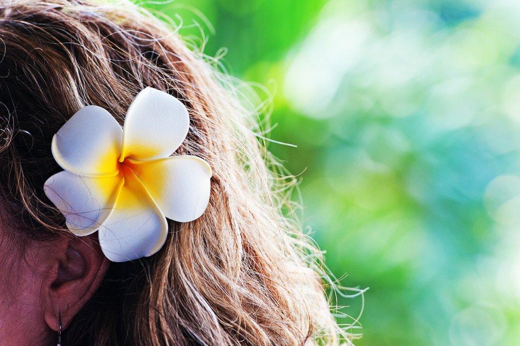 花飾りを耳元にあしらうシンプルアレンジ