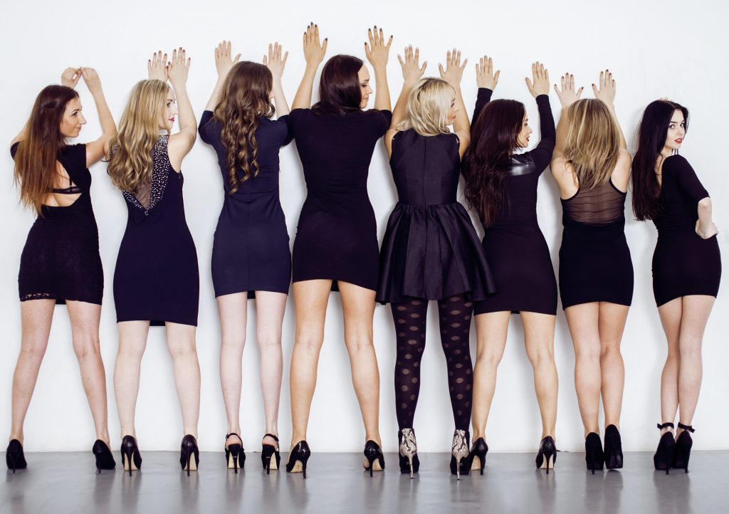 結婚式のお呼ばれでも大活躍 黒ドレスを華やかに着こなす