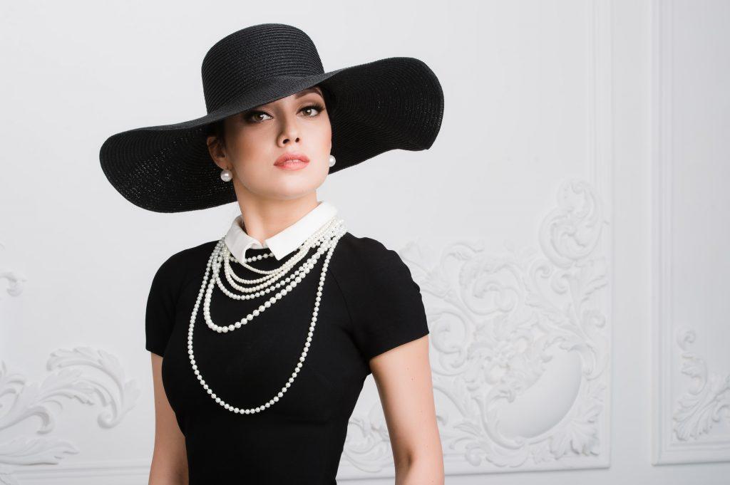 「春」のブラックドレスはお洒落上級者