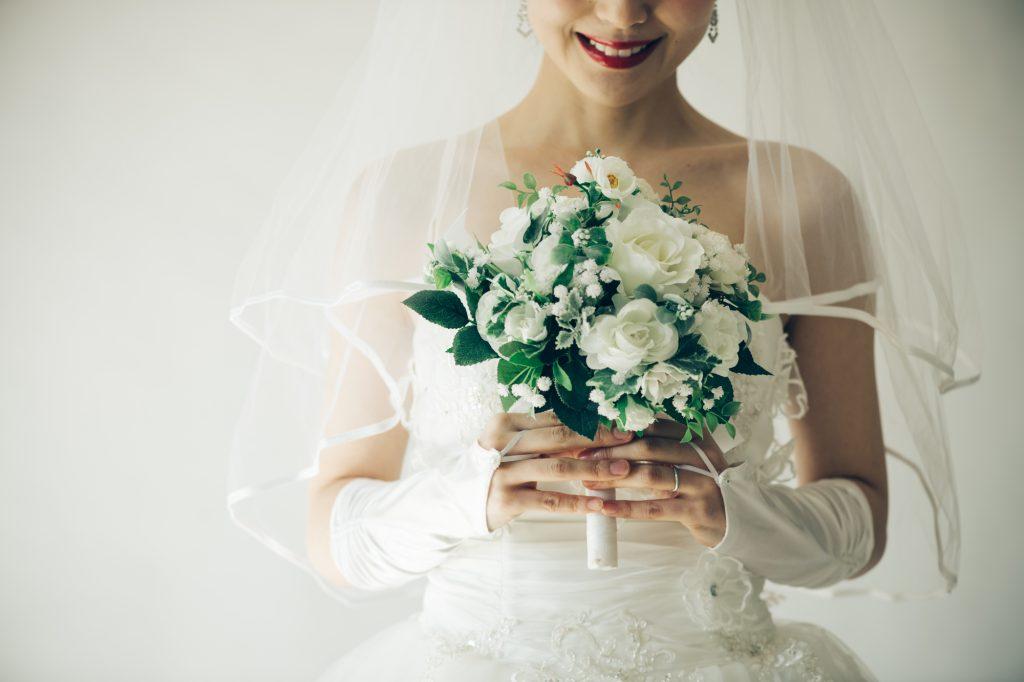結婚式での女性のドレスコード知ってる?定番~今どきの服装指定まで