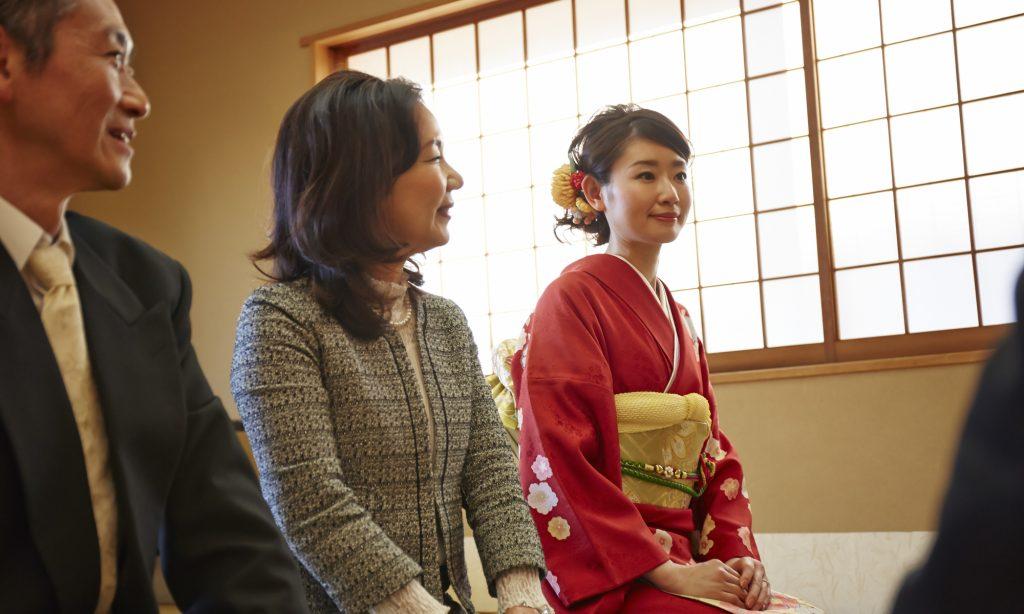 【両家顔合わせ】母親のふさわしい服装から、挨拶や流れ、会話術までご紹介!