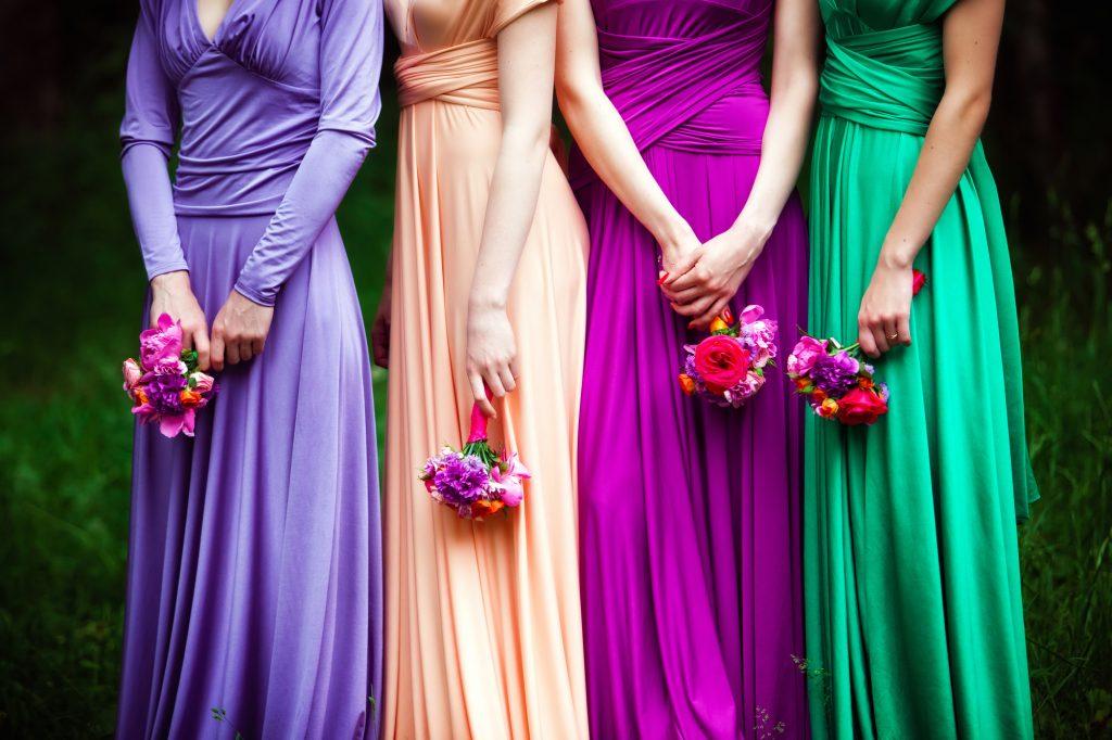 デザインは同じ、カラー違いのドレス