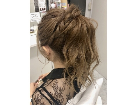 パンツスタイル+華やかな髪型