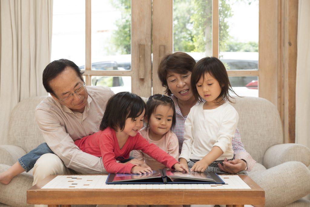 笑顔で思い出を振り返れる、嬉しい家族写真