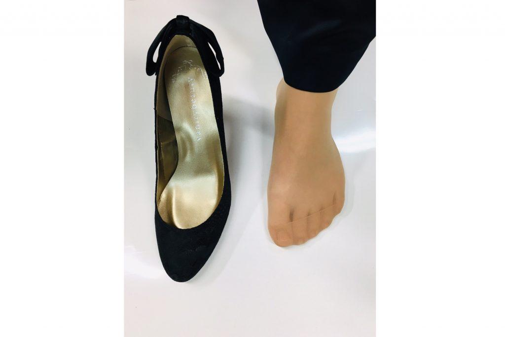スタッフEEさんの足とМサイズの靴