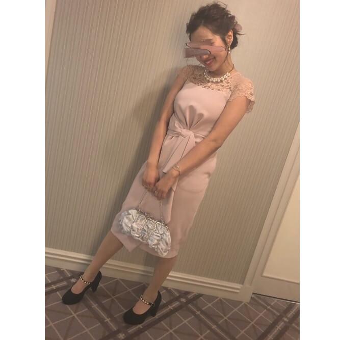 ピンクドレス×ブラックパンプス×白小物