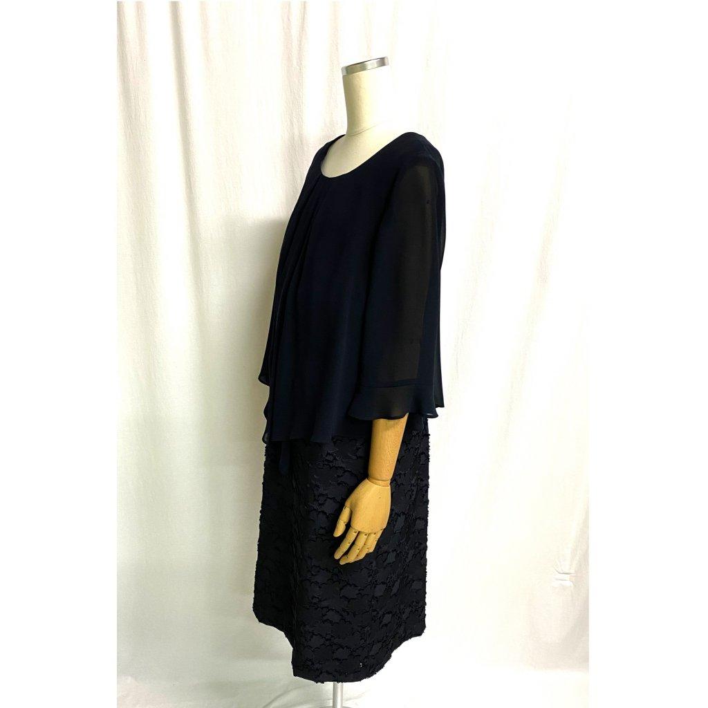 アプロベリー トウキョウソワール (Apploberry 東京ソワール) セットアップ風フラワーブラックドレス横姿 着用画像