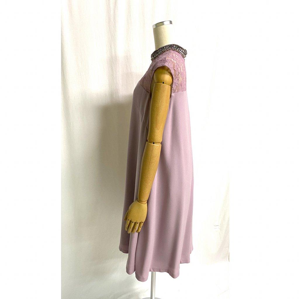 グレースコンチネンタル (GRACE CONTINENTAL)ネックビジュアッシュピンクドレス着用画像 横姿