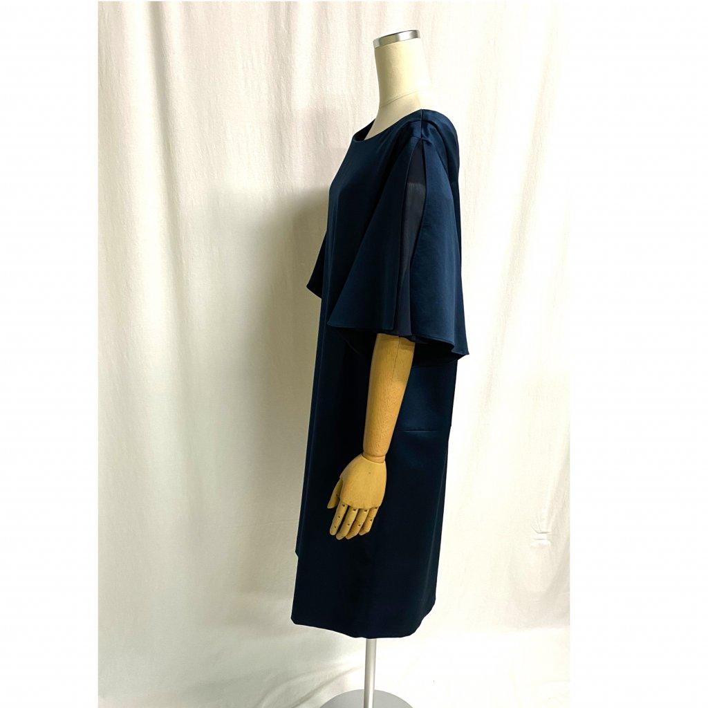 アンタイトル (UNTITLED) 光沢ネイビーゆったりドレス 着用画像 横姿