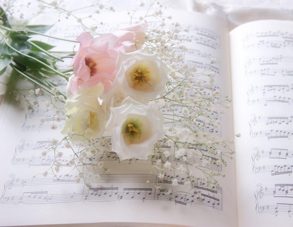 【結婚式の余興】歌で盛り上げる♪感動必至の定番・最新ソング集20選