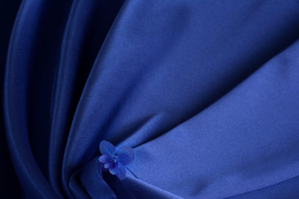 (2)上質な無地の生地を使ったドレス