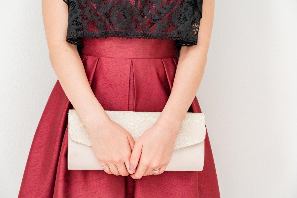 バッグは小ぶりの上品なデザインをチョイス