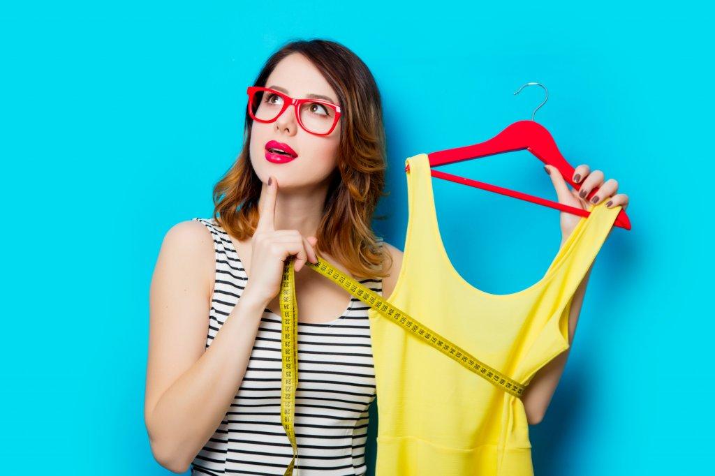 ドレスに悩む女性