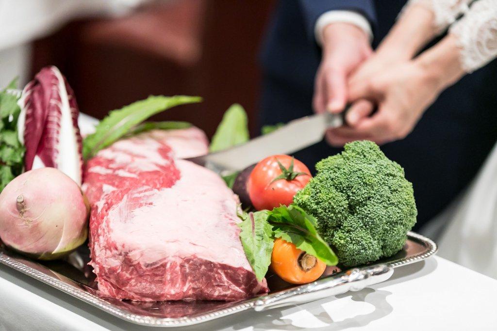 インパクト抜群の肉入刀&肉バイト