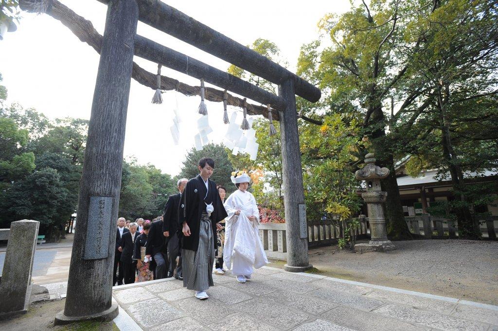 参道を通って拝殿に向かっていく新郎新婦