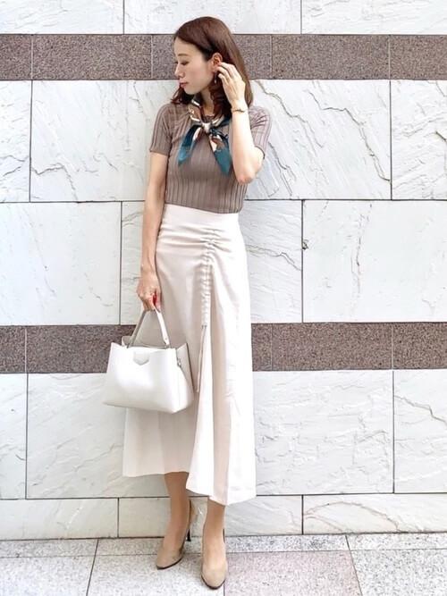 ベージュニット+ホワイト系ロングスカート