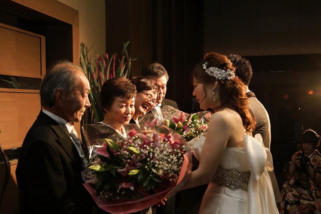 新郎新婦 両親へ花束を渡す